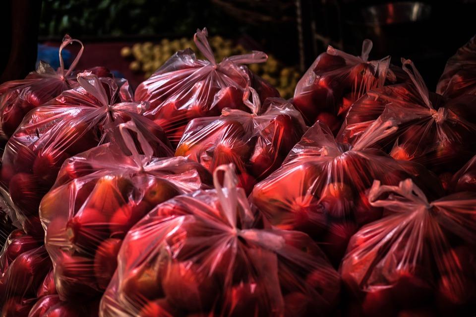 Owoce i warzywa można dla ochrony pakować w torby foliowe