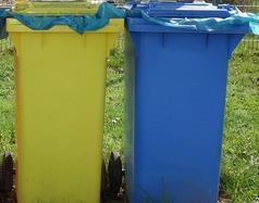 Segregacja śmieci - worki na śmieci w różnych kolorach